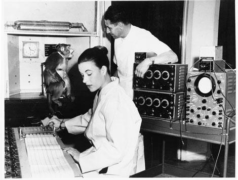 Каролина Дельгадо (Caroline Delgado) следит за записью энцефалограммы обезьяны . Она ассистировала своему мужу с того самого момента, когда они встретились в Йельском университете в 50х гг.