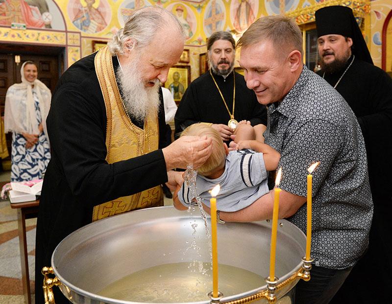 Картинки по запросу патриарх кирилл крестит